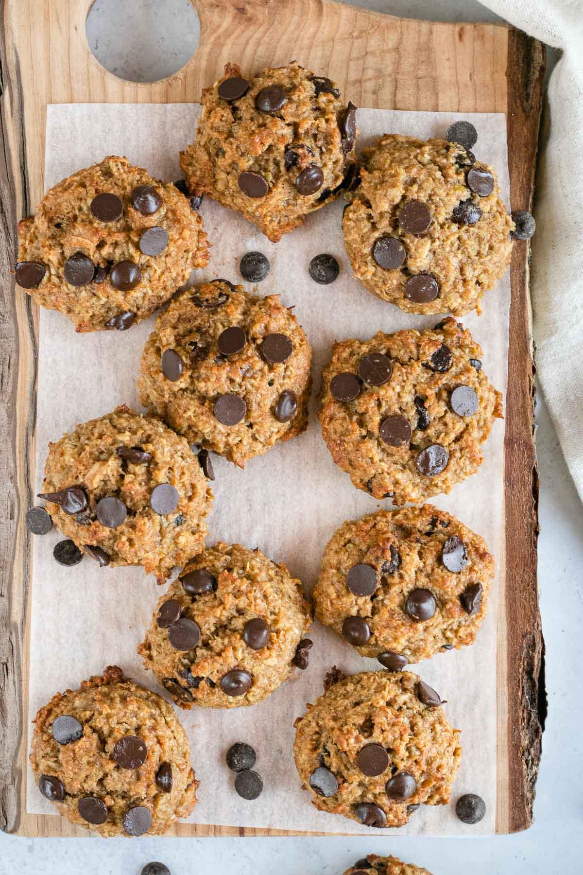 Quinoa-Cookies on wooden board